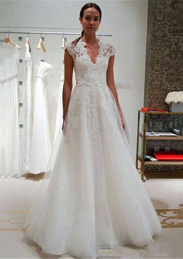 A-Line/Princess Scalloped Neck Sleeveless Sweep Train Tulle Wedding Dress With Appliqued Lace