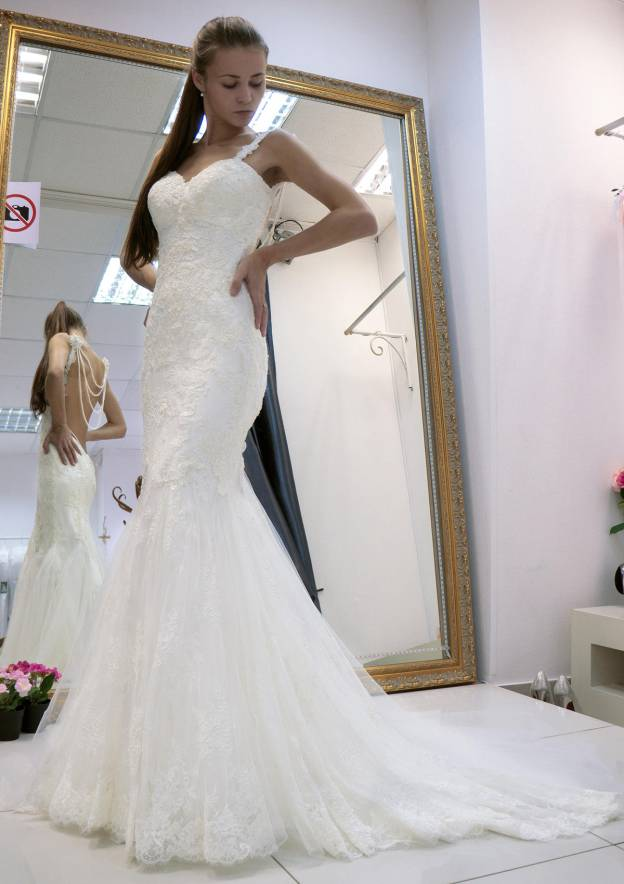 Trumpet/Mermaid Sweetheart Sleeveless Court Train Lace Wedding Dress With Hem Appliqued Beading