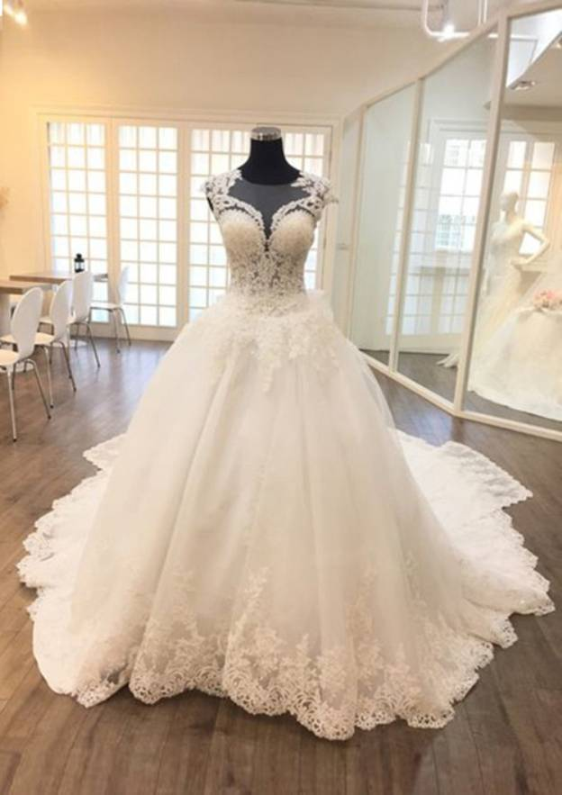 Ball Gown Scoop Neck Sleeveless Chapel Train Tulle Wedding Dress With Appliqued Lace